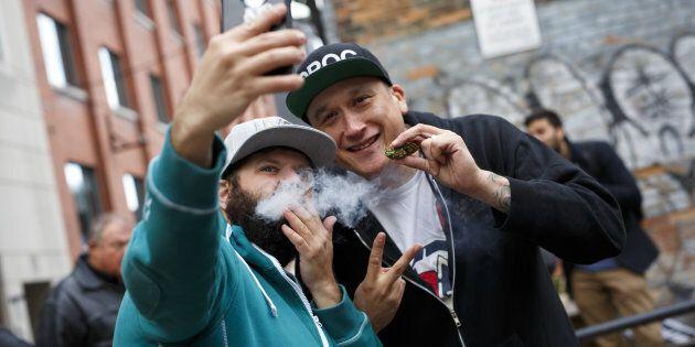 Deux consommateurs de cannabis prennent un égoportrait la journée de la légalisation du cannabis, le 17 octobre 2018.
