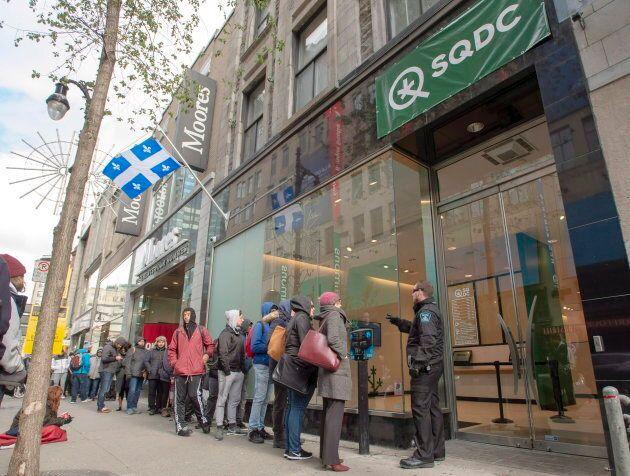 Des clients font la file à la Société québécoise du cannabis. La société d'État a dû réduire ses heures...