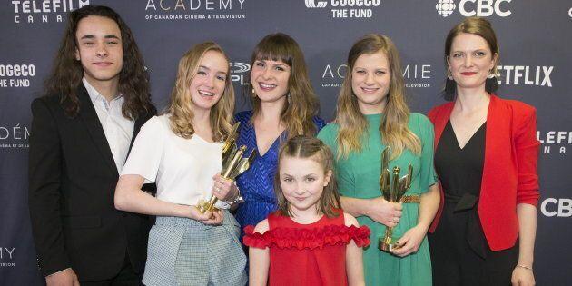 Émilie Bierre (2e à partir de la gauche) a aussi reçu le prix de la meilleure interprétation dans un...