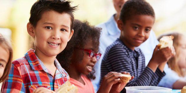 Fin des repas à 1$ pour des élèves défavorisés: la mobilisation prend de