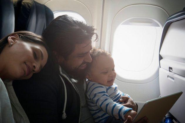 Les voyages en avion ne sont pas recommandés pour les bébé qui ne sont pas vaccinés.