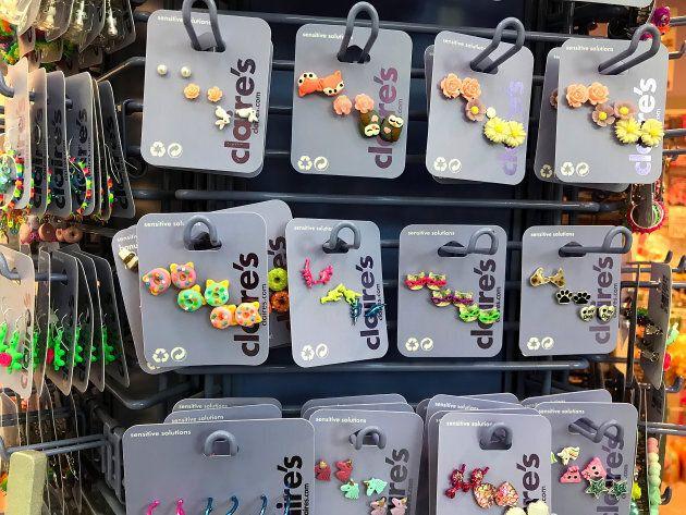 Des boucles d'oreilles disposées dans une boutique Claire's de San Rafael, en Californie