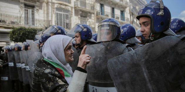 Une femme âgée confronte les forces de sécurité lors d'une manifestation à Alger, le mercredi 10 avril...