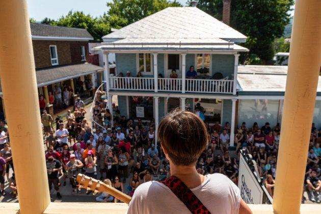 Environ 300 personnes s'étaient déplacées à la dernière minute pour voir Pascale Picard au centre-ville de Baie-St-Paul l'an dernier.