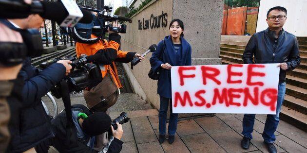 Des gens demandaient la libération de Mme Meng devant le palais de justice de Vancouver,