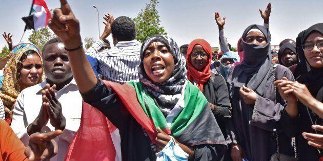 Des manifestants soudanais se rassemblent près du siège de l'armée à Khartoum, la capitale, le 15 avril 2019.