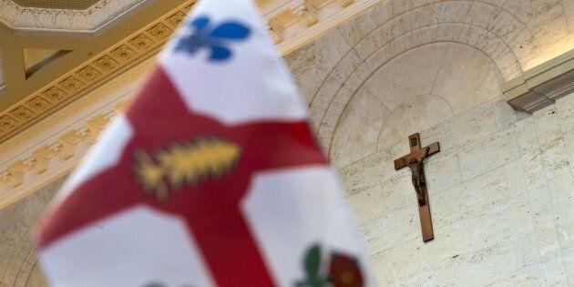 À l'hôtel de ville de Montréal, l'emblème que représente l'auguste croix du Christ, symbole éloquent...