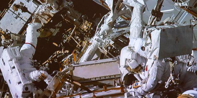 David Saint-Jacques, à droite, accompagné d'Anne McClain travaillant à l'extérieur de la Station spatiale...