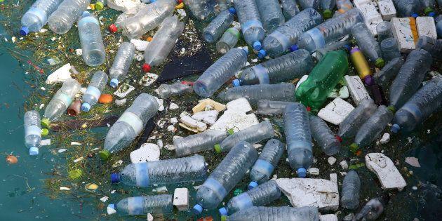 Devrait-on interdire la vente de bouteilles d'eau en plastique? Oui, croient la plupart des