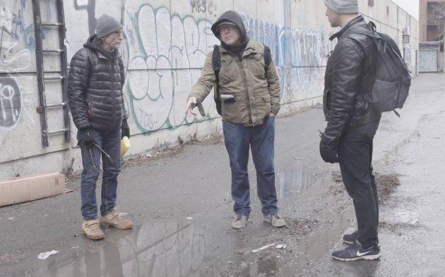 Jérôme (gauche) et Christian (centre), deux «messagers» de l'organisme Plein Milieu expliquent l'importance des techniques de réduction des méfaits de la drogue, comme la distribution de seringues propres. (crédit: Emmanuel Leroux-Nega)