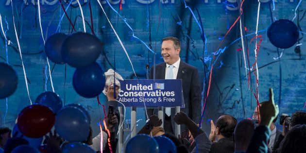 Jason Kenney, chef du Parti conservateur uni, réagit alors qu'il prononçait son discours de victoire...