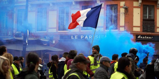 Gilets jaunes: Macron appelle les Français à un grand débat