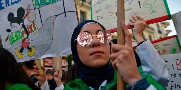 Une femme algérienne participe à une manifestation antigouvernementale dans la capitale, Alger, le 23...