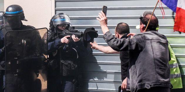 Gilets jaunes: enquête à Paris après des appels aux suicides de