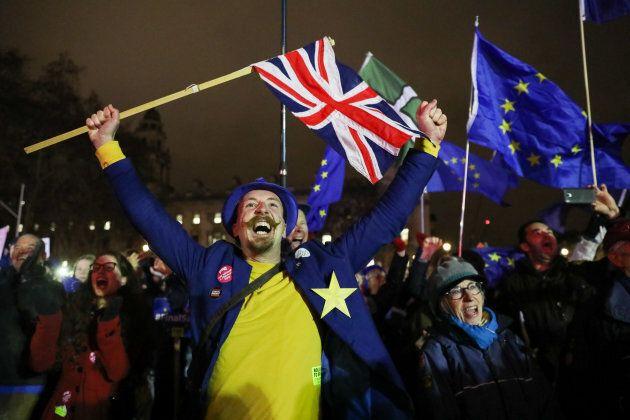 Les partisans du rejet du Brexit ont célébré le rejet de l'accord par le parlement, mardi