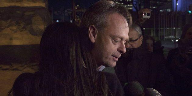 Marc Emery serre contre lui sa femme en sortant d'une salle d'audience à Toronto, après avoir été libéré...