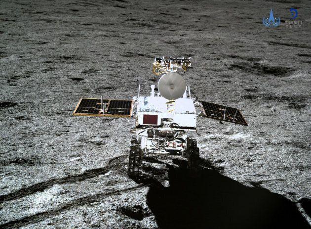 Une photo du rover Yutu-2 captée par l'atterrisseur de la sonde Chang'e 4, le 11 janvier