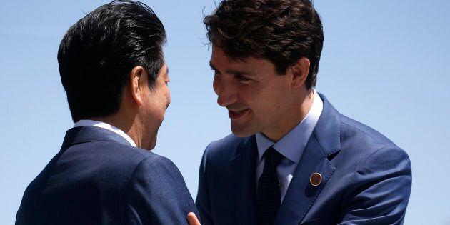 Le premier ministre du Canada, Justin Trudeau, et le premier ministre japonais Shinzo Abe (à gauche) lors d'une rencontre à l'occasion du Sommet du G7 à Charlevoix, au Québec, en 2018.