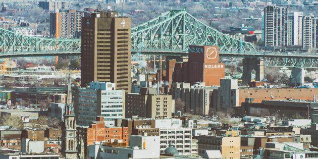 La tour de Radio-Canada et la brasserie Molson, toutes deux vouées à une nouvelle vocation, dominent l'est du centre-ville.