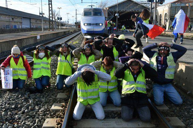 Des gilets jaunes protestent sur les rails à Béziers, dans le sud de la