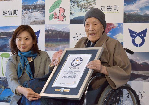 Masazo Nonaka lors de la remise de son certificat de record Guinness, en avril