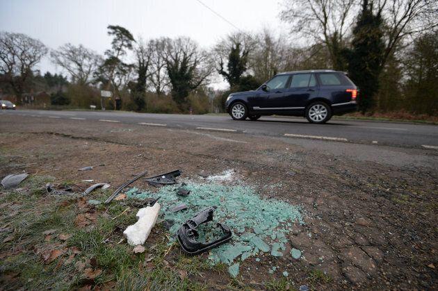 De la vitre et des pièces d'auto sur la chaussée après l'accident du duc d'Édimbourg,