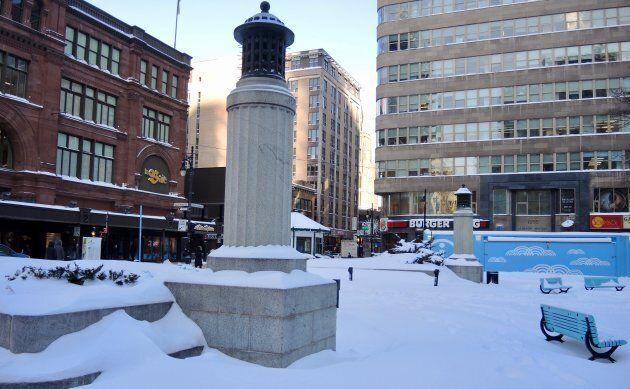 Les vespasiennes du square Phillips, dont on voit encore les murets et les petites tours, abritaient...