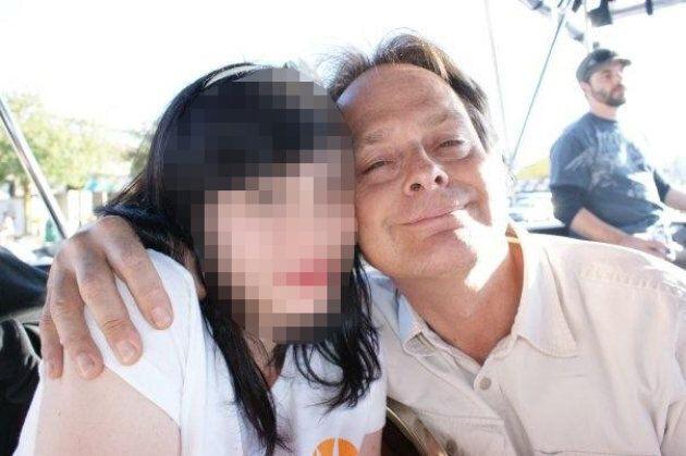 Marc Emery prend la pose pour une photo avec Melinda Adams en 2009. Adams a demandé à ce que son visage...