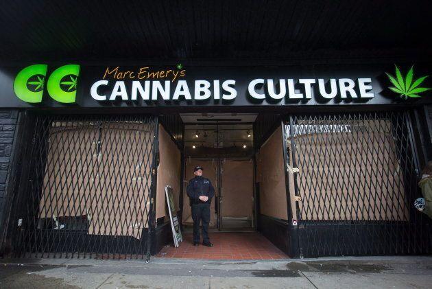 Un agent de police se tient devant le magasin Cannabis Culture lors d'une descente à Vancouver le 9 mars