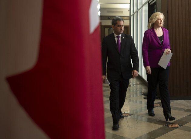 Les députés conservateurs Pierre Paul-Hus et Lisa Raitt se sont adressés à la presse avant la