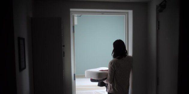 Une employée transporte de la literie, à la maison Interval, à Toronto, un refuge d'urgence pour les...