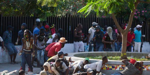 Des protestants se protègent de la police, pendant une manifestation pour demander la démission du président...