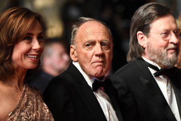 Bruno Ganz, entourée de l'actrice Sofie Grabol et du réalisateur Lars Von Trier, à Cannes en
