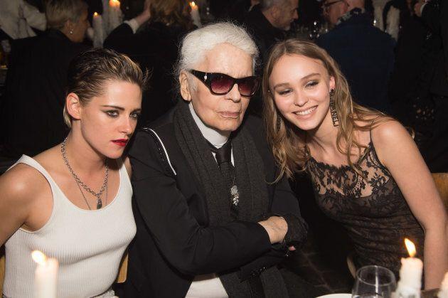 Karl Lagerfeld (centre) en compagnie de Kristen Stewart et Lily Rose Depp lors d'un défilé de Chanel...