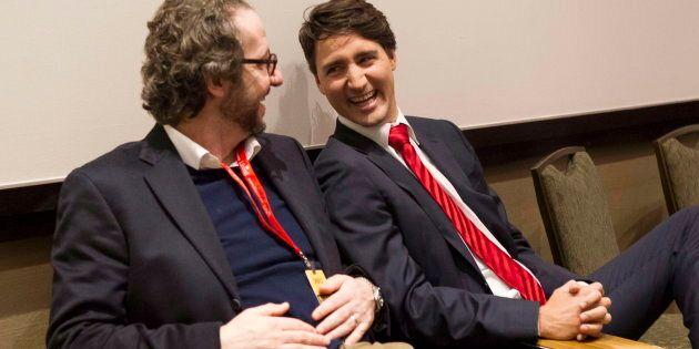 Justin Trudeau discute avec son (désormais ancien) conseiller principal, Gerald Butts, après le débat...