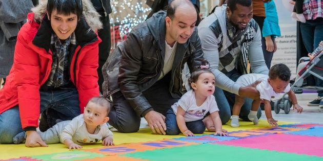 Parents et bébés se préparent au départ, en cette première Course des bébés, tenue en novembre