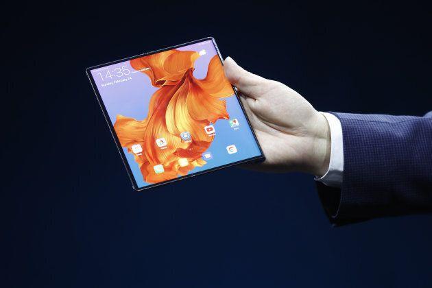 Déplié, le Huawei Mate X devient une tablette munie d'un écran de huit pouces. Photographer: Stefan Wermuth/Bloomberg...