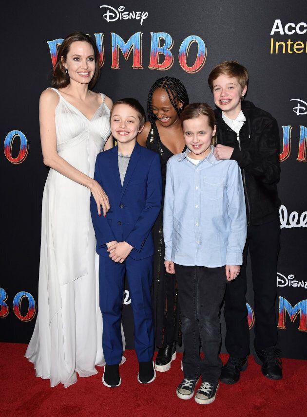 Angelina Jolie, Knox Leon Jolie-Pitt, Zahara Marley Jolie-Pitt, Vivienne Marcheline Jolie-Pitt, et Shiloh Nouvel Jolie-Pitt.