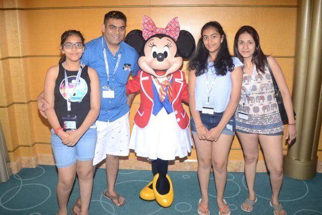 Prerit Dixit (2e à partir de la gauche) et sa femme Kosha (droite), ainsi que leurs filles Ashka et Anushka...