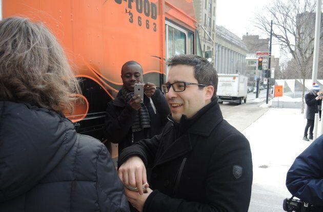 Robert Beaudry, responsable du développement économique et commercial à la Ville de Montréal, commande une salade au Schnitzel Truck.