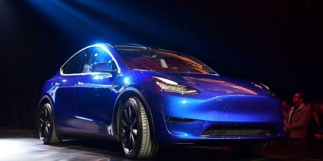 Elon Musk a dévoilé un exemplaire bleu métallisé de Model Y, VUS de taille moyenne à toit entièrement