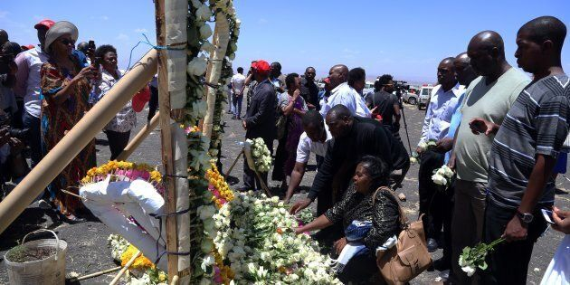 Des proches des victimes déposent des fleurs sur un mémorial à