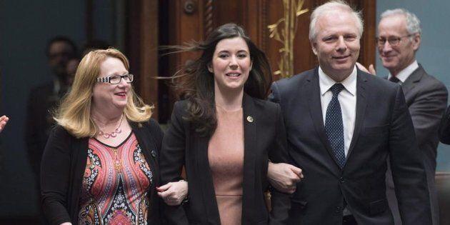 Catherine Fournier, nouvellement élue, accompagnée de Carole Poirier et Jean-François Lisée à l'Assemblée...