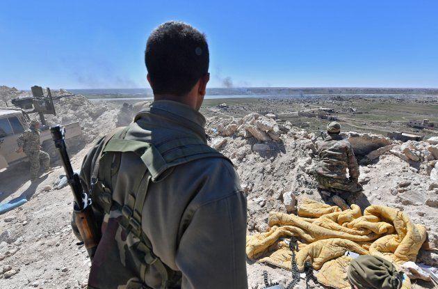 Un soldat des Forces démocratiques syriennes observe les positions de l'ennemi près du village de