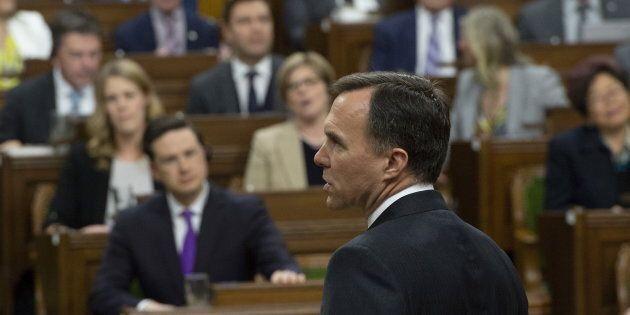 Le ministre des Finances Bill Morneau tentant de livrer son discours du budget face au chahut des