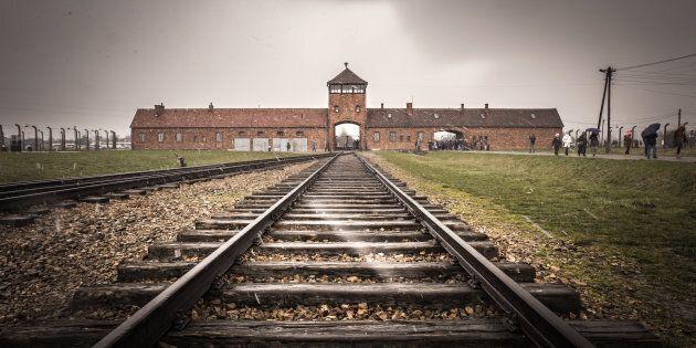 Le musée d'Auschwitz demande aux visiteurs de ne pas se tenir en équilibre sur les
