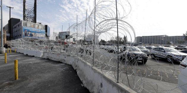 La frontière entre les États-Unis et le Mexique, à Tijuana, est protégée par des barrières et des fils...