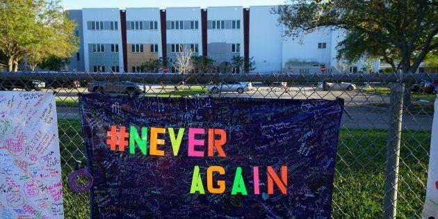 Un mémorial avait été installé devant l'école secondaire après la fusillade, l'an