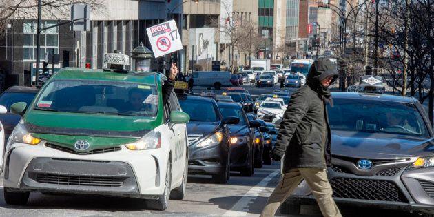 Des chauffeurs de taxi ont perturbé la circulation à Montréal (photo), lundi, ainsi que dans plusieurs...