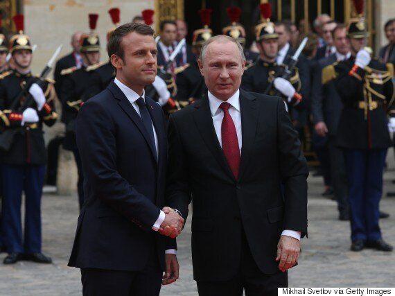 Vladimir Poutine accueilli par Emmanuel Macron au château de Versailles pour leur première rencontre